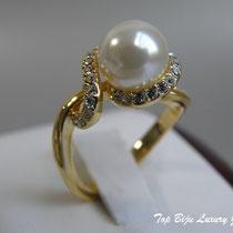 513. Кольцо из фианитовой коллекции. Ювелирный сплав под золото, камни по форме, весу и размеру полностью соответствию драгоценным, инкрустация кубическим цирконием, иск. жемчужина. Размер-17. Цена -10$