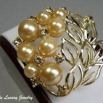"""7. Элегантная брошь """"Ivory Pearls"""". Декор камнями Сваровски, ювелирный сплав под золото. Диаметр- 5см. Цена 10$"""