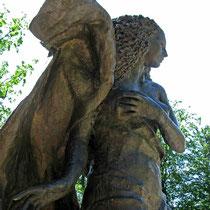 © Traudi – Ruine Weißenstein   -  Die Bronzefigur stellt die Mutter Erde dar und verkörpert das Bodenständige und die Verbindung zwischen Himmel und Erde.