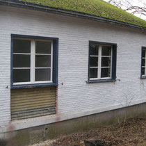 Façade Ouest avec la fenêtre de la cuisine en cours d'agrandissement pour en faire une porte. On voit le revêtement en planchettes.