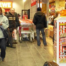 REWE Markt mit Verkaufsautomaten