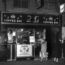 """De 2i's Coffee Bar was een koffie bar in de kelder, op 59 Old Compton Street, Soho, Londen, Engeland, tussen 1956 en 1967 en in die jaren """"The place to be"""" in muzikaal Londen"""
