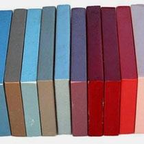 Kleurenscala in de sixties de rode kleuren in het midden zijn van links naar rechts Candy Apple Red, Dakota Red, Fiesta Red.