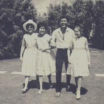 """Cliff in Griekenland tijdens de opnames van """"Summer Holiday""""  met zijn moeder en zusjes Jacqueline (15) en Joan (10)"""