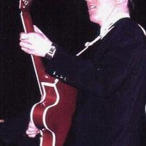 """Bruce met een oranjekleurige """"Gretsch 6120 Chet Atkins"""" uit 1956"""