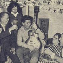 Op 14 oktober 1959 werd Cliff 19 jaar. links zijn impresario Arhur Howes, Jan Vane van de Cliff Richard fanclub met geheel rechts Tito Burns voormalig manager van cliff