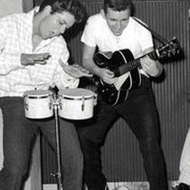 """Bruce met een Nederlandse """"Vega"""" (Egmond) gitaar,"""