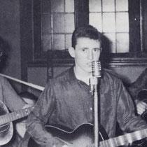 """Hank Marvin is begonnen op een Höfner Congress,in zijn schoolbandje """"The Railroaders"""" samen met zijn vriend Bruce Welch"""