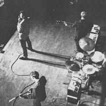 """Vóór de VOX periode speelden The Shadows / Drifters) op Selmer versterkers, hier staan twee """"Selmer """"Truvoice"""" op het podium en een """"Concord"""""""