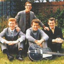 """Brian, Hank, Brian en Bruce in de tuin van het ouderlijk huis van Bruce,met de """"Vega"""" gitaar van BruceVega was een sub-merk van de Nederlandse Egmond fabriek in Best (bij Eindhoven),speciaal gemaakt voor de Amerikaanse markt"""