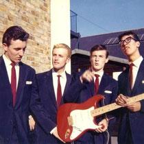 Hank Marvin veroorzaakt hysterie bij aspirant-Britse gitaristen van de jaren '50.Hij speelde op de eerste Fender Stratocaster in het Verenigd Koninkrijk, serienummer 34346 afgewerkt in 'Flamingo roze' (een schijnbaar verkeerde kleur verf in de catalogus)