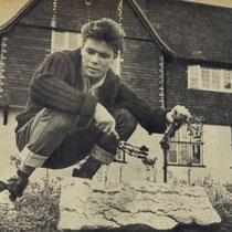 Cliff voor zijn huis in de tuin aan het werken