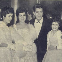 "Cliff in december 1961 met zijn moeder en zusjes Joan en Jacqueline bij de première van ""The Young Ones"" in het Warner Theater in Londen"