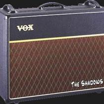 """Hank Marvin vroeg aan Tom Jennings (Jennings Musical Industries, VOX fabrikant), om een versterker voor hem te bouwen met meer vermogen en twee speakers.  De oplossing was even simpel als doeltreffend, ze """"plakten"""" twee AC 15 aan elkaar"""