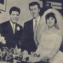 Cliff als getuige bij het huwelijk van oudste zus Donella met John Stevens.  Donella richtte de eerst fanclub op samen met John