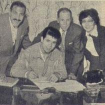 n 1960 tekende Cliff een nieuw contract met links Tito Burns en vader Roger Webb en zijn moeder Dorothy