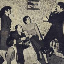 """1958, Cliff zingt hier mee met zijn eerste hit """"Move It""""  terwijl zijn vader mandoline speelt, en moeder en zusjes Donella, Jacqueline en Joan luisteren"""