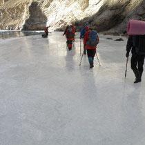 氷の上を歩く