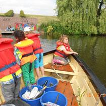 Schüler halten Ausschau nach umherschwimmendem Müll