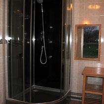 Salle de douche située entre 10 et 30 mètres des yourtes