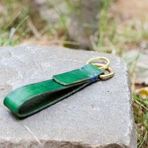 Modell Edinburgh: Grünes Blankleder, komibiniert mit blauer Ziernaht