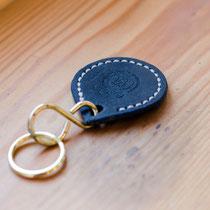 Upcycling: Schlüsselanhänger aus dem Sattelblatt eines alten Sattels.