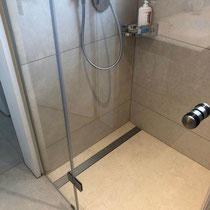 Duschkabine mit keramischen Belägen