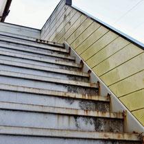 ①現況。鉄骨階段の錆と手摺壁の腐食。