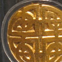 Der unendliche Knoten, die ewige Wiederkehr, hier besonders komplex, da er viergeteilt ist+ den Kreis, das Quadrat und das Kreuz umschließt.  sehr sehr kompliziert zu machen.