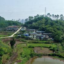 Im Hintergrund die ersten Hochhäuser von Chongqing