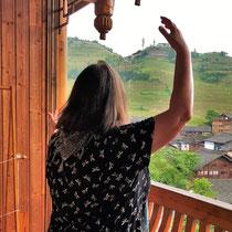 Das bin ich in den Reisterrassen am frühen Morgen von diesem wunderschönen Balkon unseres Zimmers