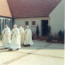 Der Pfarrer, Vikare und Messdiener vom St.Paul in Turbenthal. Bruno hat das Foto gemacht. Sein Mitministrant wollte nicht aufs Foto wegen der Frauenschuhe