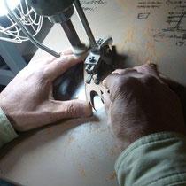 糸鋸でツバメの形をくり抜く
