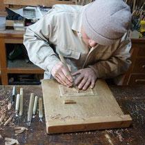 手でツバメと木目を読みながら彫る