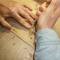 鳥ツバメのブローチを手彫り