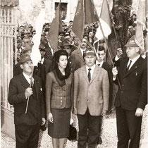 Il Capogruppo (fondatore) Geom. Aristide Avanzini con l'alfiere e la madrina