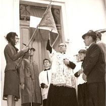 Benedizione del primo Gagliardetto da parte del Parroco DON ALESSIO SACCOMANI.  Madrina Contessa Calvi Vittoria Guarienti