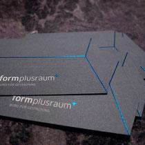 Visitenkarten mit blauer Heißfolie und Konturstanzung