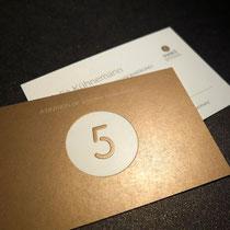 Visitenkarte mit verdichtetem Logo und Metallic-Pantone auf Bristolkarton