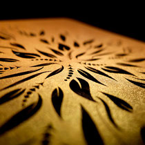 filigraner Laserschnitt auf metallisiertem Goldpapier
