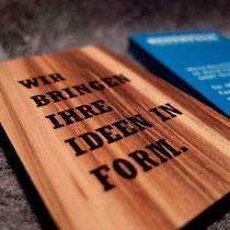 Visitenkarte 2lagig aus Microwood Red Gum und blauen Karton, digital bedruckt und verklebt
