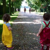 Noch dürfen die zwei Kleinen nur auf dem Hof reiten und müssen den Großen hinterher schauen, wenn diese aureiten.