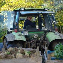 Landwirt Franz-Josef mit der frischen Ernte.