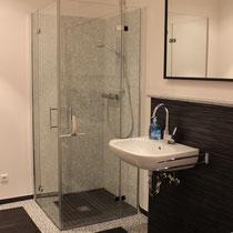 Hier wurde Designbelg an Wand und Boden verarbeitet. Der ideale Spritzschutz in tollem Design