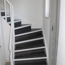 Eine alte Treppe Holztreppe erscheint in neuem strapazierfähigem Glanz