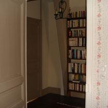 Entrée-bibliotheque de la chambre de la suite de Tante Madeleine au Masbareau à Royéres proximité Limoges Limousin