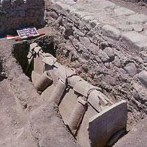"""Tomba """"a cappuccina"""" nella chiesa B [dal sito web dell'area di archeologia del Dipartimento di Scienze Umane dell'Università di Foggia; www.archeologia.unifg.it]"""