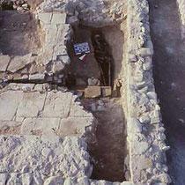 Tomba della chiesa B, con copertura a lastra [dal sito web dell'area di archeologia del Dipartimento di Scienze Umane dell'Università di Foggia; www.archeologia.unifg.it]