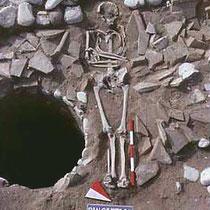 Scheletro nella zona del Battistero [dal sito web dell'area di archeologia del Dipartimento di Scienze Umane dell'Università di Foggia; www.archeologia.unifg.it]