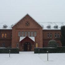 Ingang van de abdij in de sneeuw